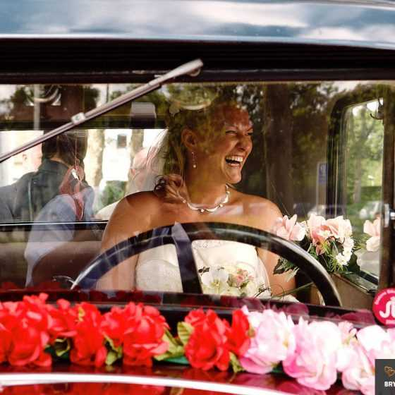 fotograf til bryllup Aarhus-Viborg-Østjylland-Midtjylland smilende brud i veteranbil