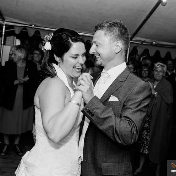 fotograf til bryllup Aarhus-Viborg-Østjylland-Midtjylland glad brudepar danser brudevals