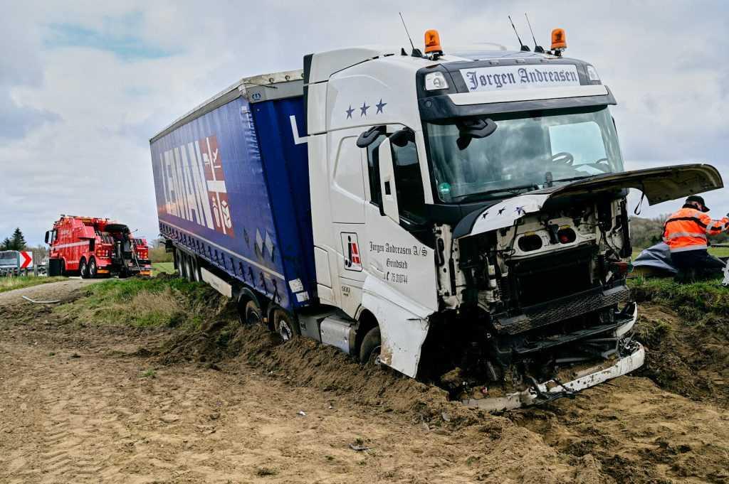 chaufførs nyseanfald sendte lastbilen gennem autoværnet