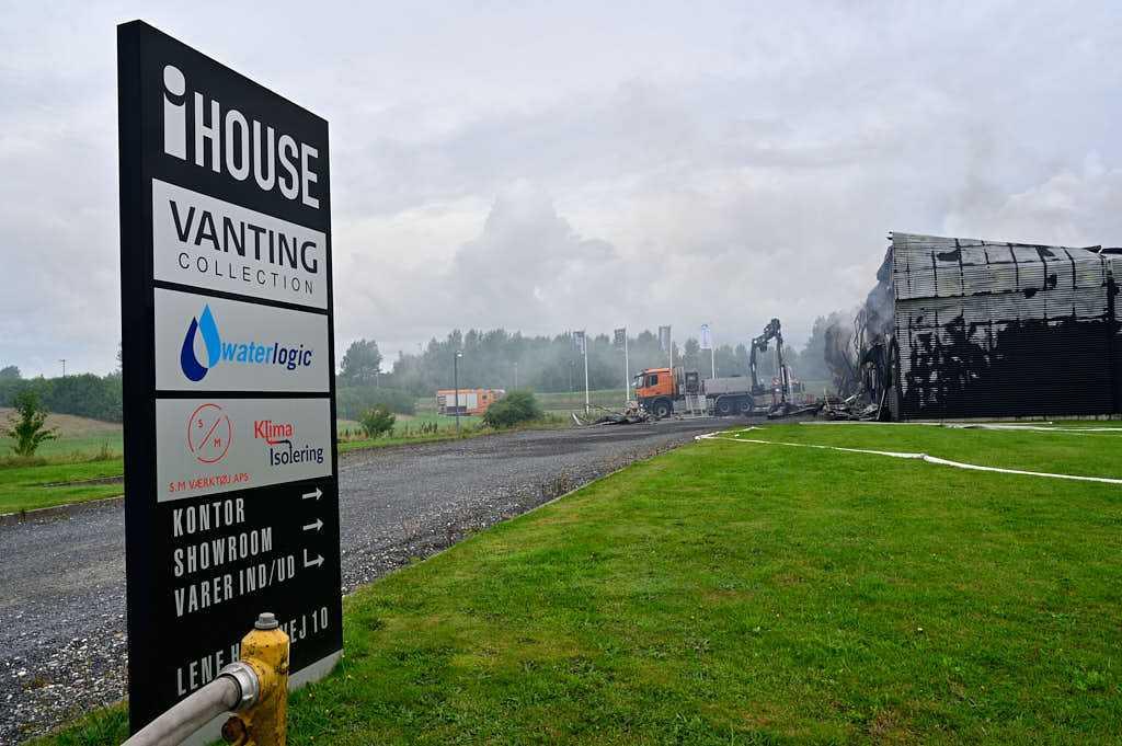 Stor industribygning i Ikast kollapset under brand