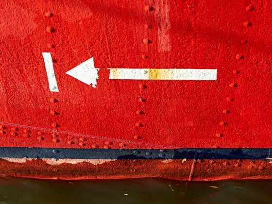 plakat med skib hvid pil
