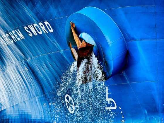 plakat med skib og fossende vand